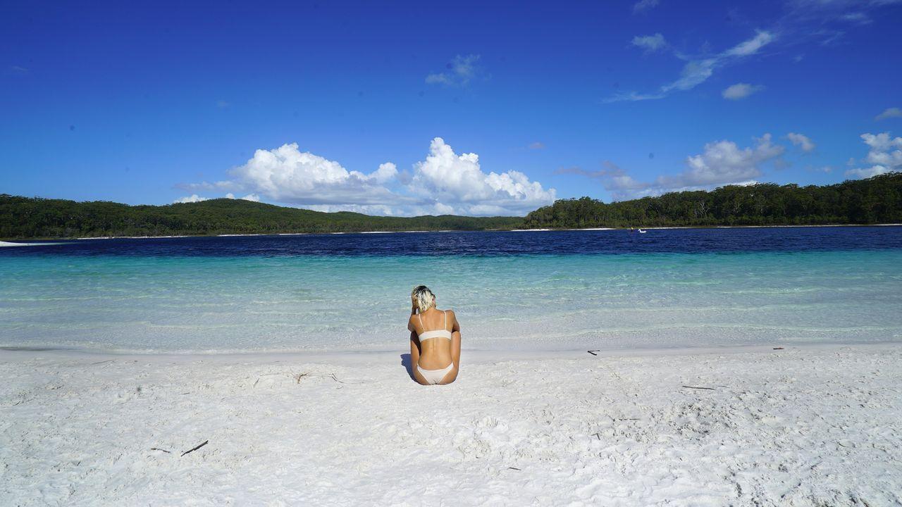 Dieser paradiesische weiße Sandstrand mit türkisblauem Wasser am Lake McKenzie auf Fraser Island in Australien lädt zum Entspannen ein ... - Bildquelle: 2017,The Travel Channel, L.L.C. All Rights Reserved