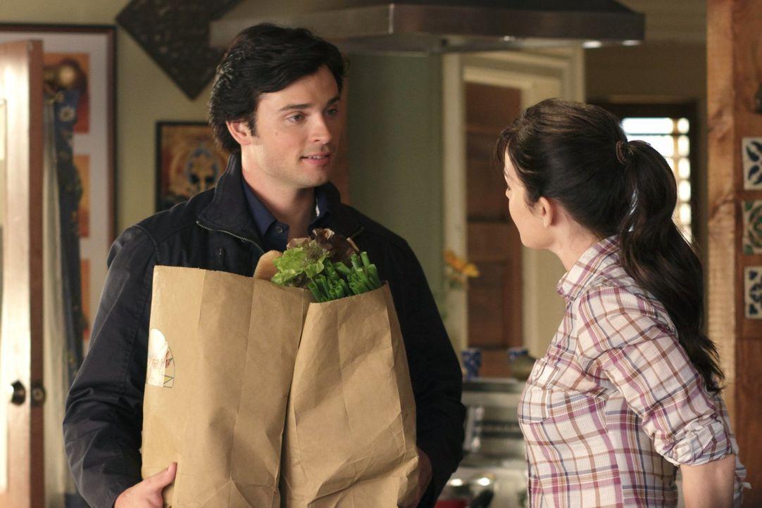 Überraschung für Lois (Erica Durance, r.) und Clark: General Lane kommt zu Besuch, ein selbsterklärter Gegner der Superheldenfront ... - Bildquelle: Warner Bros.