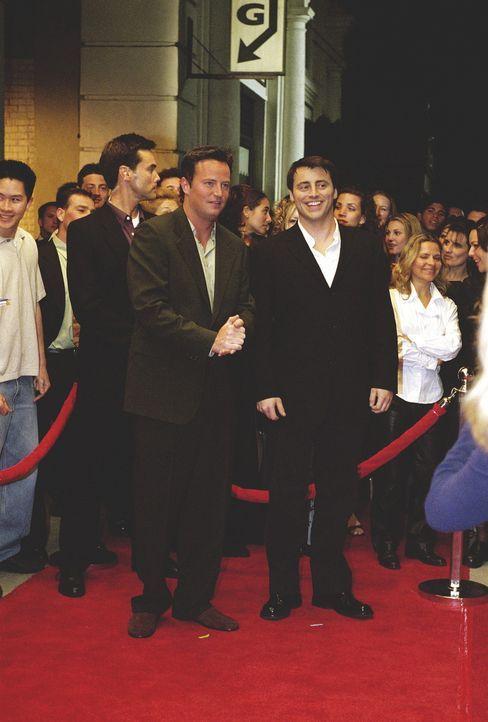 Joey (Matt LeBlanc, M.) besucht die Premierenfeier seines Films. - Bildquelle: TM+  WARNER BROS.