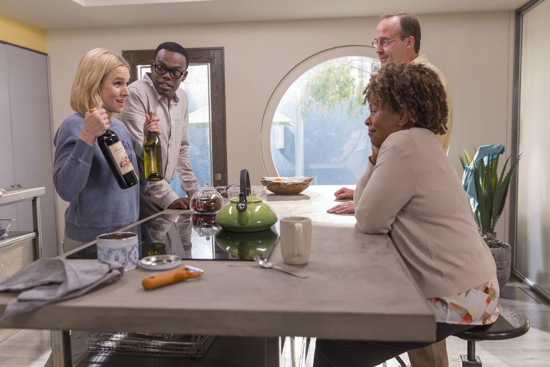 Als Chidi (William Jackson Harper, 2.v.l.) und Elanor (Kristen Bell, l.) von Ted gebeten werden, die Seelenverwandten Nina (Monnae Michaell, r.) und... - Bildquelle: Ron Batzdorff 2016 Universal Television LLC. ALL RIGHTS RESERVED.