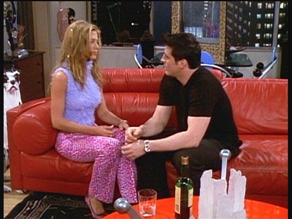 Obwohl Rachel (Jennifer Aniston, l.) verheiratet ist, lässt sie sich dazu hinreißen, Joey (Matt LeBlanc, r.) zu besuchen. - Bildquelle: TM+  2000 WARNER BROS.