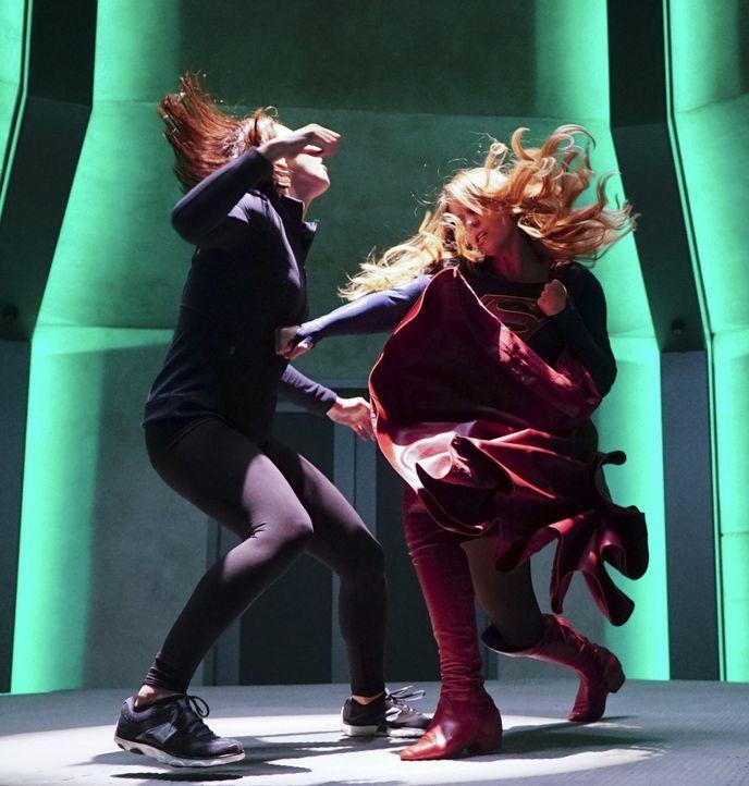 Die Konfrontation mit ihrer Tante Astra und die Informationen, die diese enthüllt, bewegen Kara (Melissa Benoist, l.) dazu, zusammen mit ihre Schwes... - Bildquelle: 2015 Warner Bros. Entertainment, Inc.