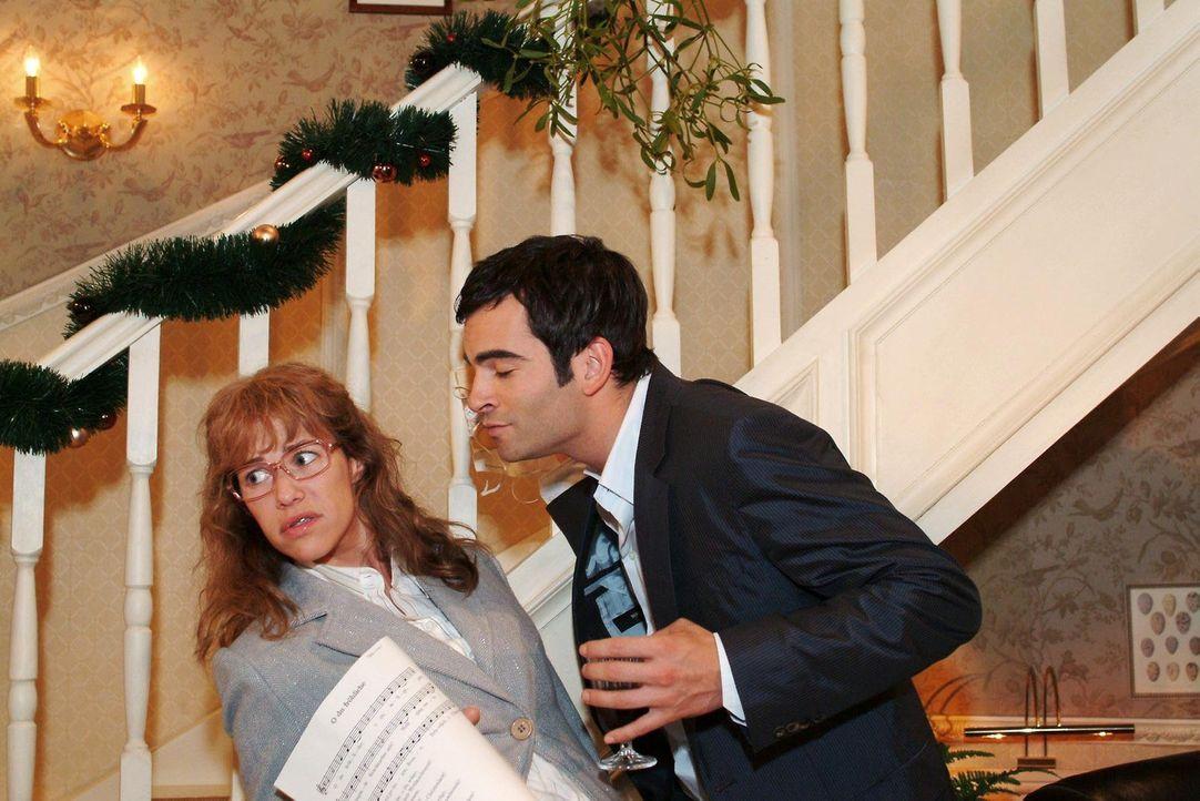 Lisa (Alexandra Neldel, l.) ist entsetzt, als David (Mathis Künzler, r.) sie plötzlich unter dem Mistelzweig küssen will. (Dieses Foto von Alexan... - Bildquelle: Monika Schürle Sat.1