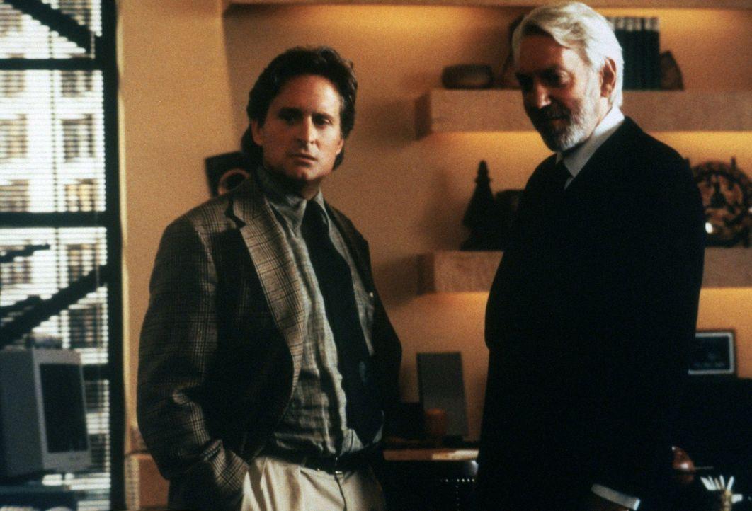Als Leiter der Produktionsabteilung eines Technologie-Unternehmens hofft Tom Sanders (Michael Douglas, l.) nach einer erfolgsversprechenden Fusion a... - Bildquelle: 1994 Warner Bros.