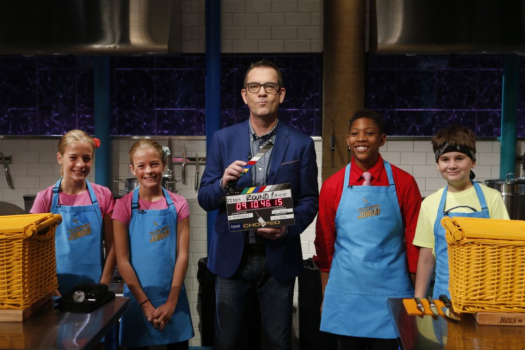 Ted Allen (M.) lässt vier Juniorköche in seiner Chopped-Küche gegeneinander antreten. Wer gewinnt den Titel samt 10.000 Dollar? Emily Allen (l.), Ly... - Bildquelle: Jason DeCrow 2015, Television Food Network, G.P. All Rights Reserved