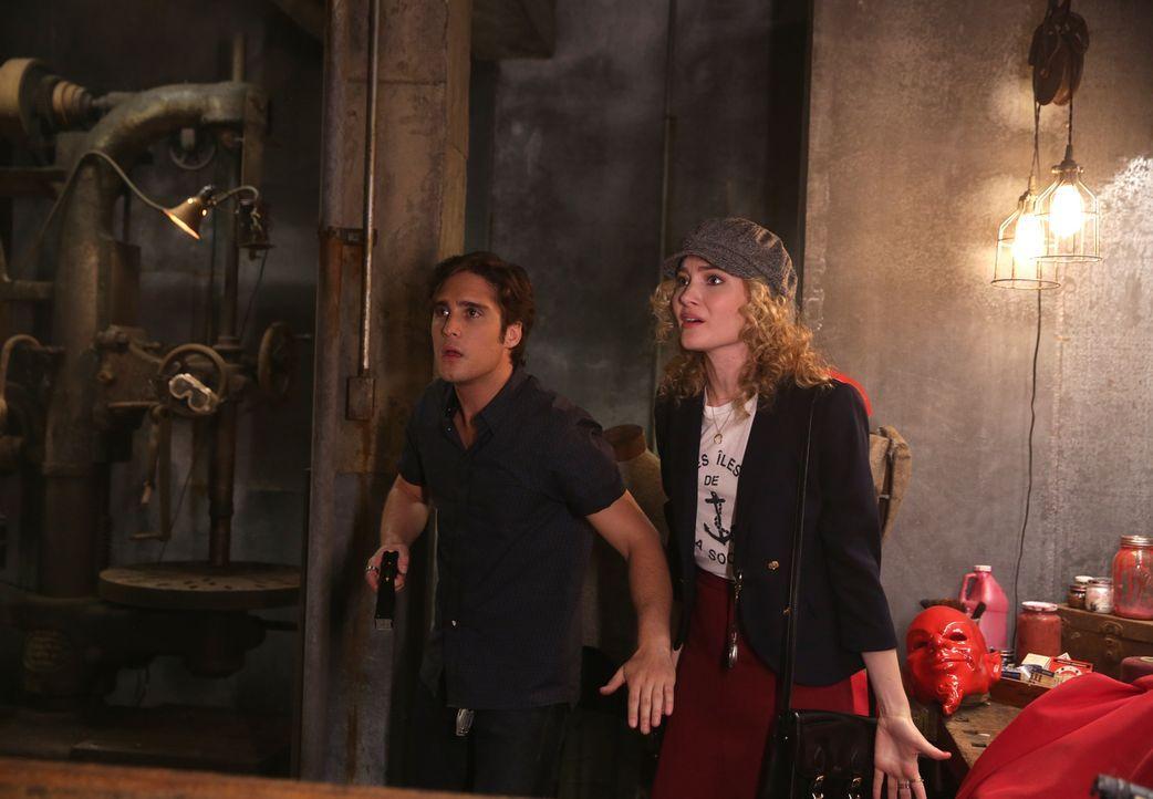 Finden Pete (Diego Boneta, l.) und Grace (Skyler Samuels, r.) endlich Hinweise auf die Identität des roten Teufels? - Bildquelle: 2015 Fox and its related entities.  All rights reserved.