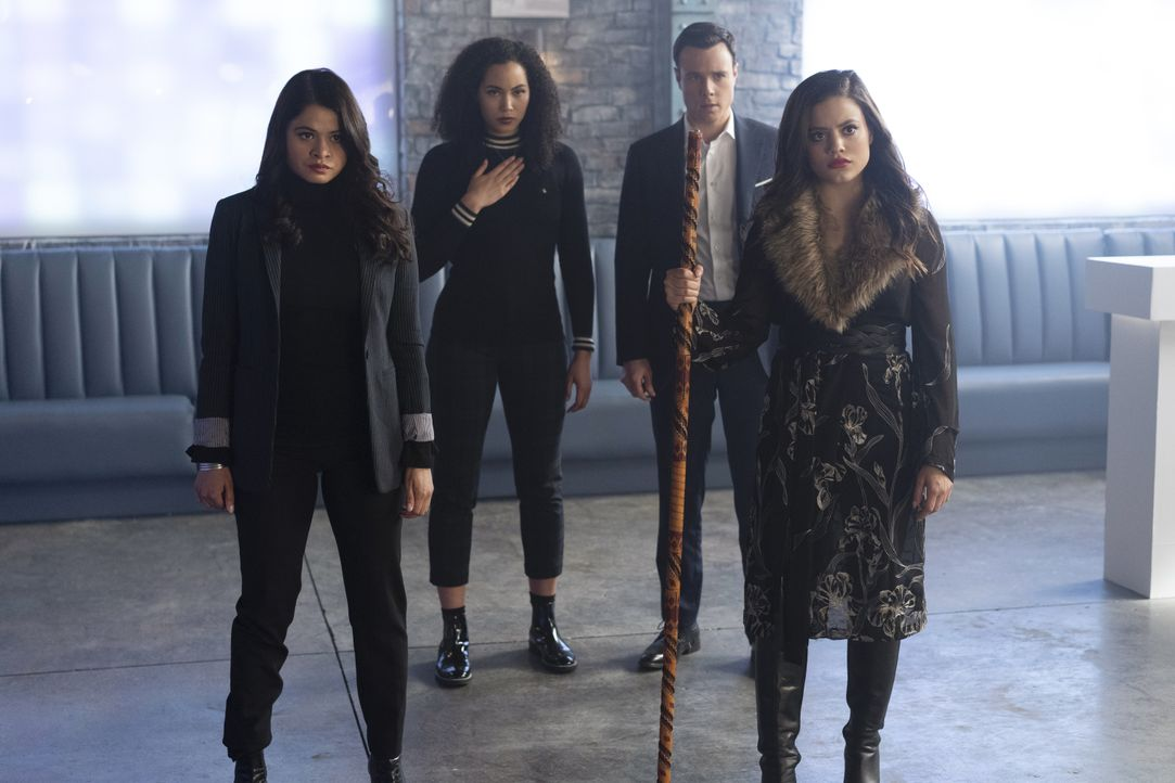 (v.l.n.r.) Mel Vera (Melonie Diaz); Macy Vaughn (Madeleine Mantock); Harry Greenwood (Rupert Evans); Maggie Vera (Sarah Jeffery) - Bildquelle: Colin Bentley 2019 The CW Network, LLC. All rights reserved. / Colin Bentley
