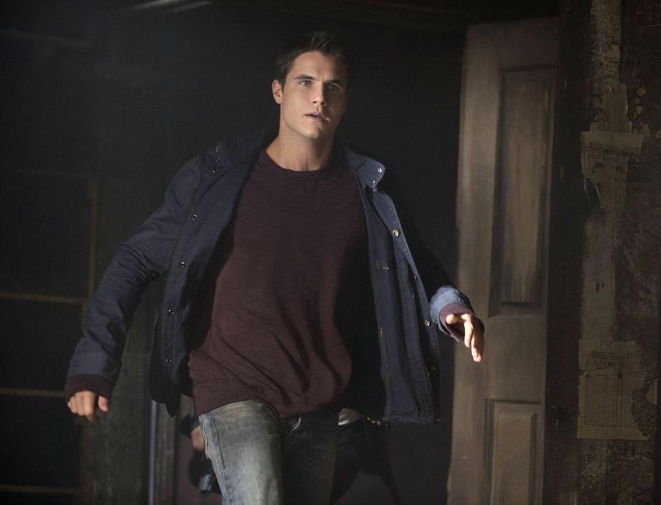 Noch ist sich Stephen (Robbie Amell) sicher, dass er den gefährlichen Mörder aufhalten kann. Mit oder ohne Hilfe ... - Bildquelle: Warner Bros. Entertainment, Inc
