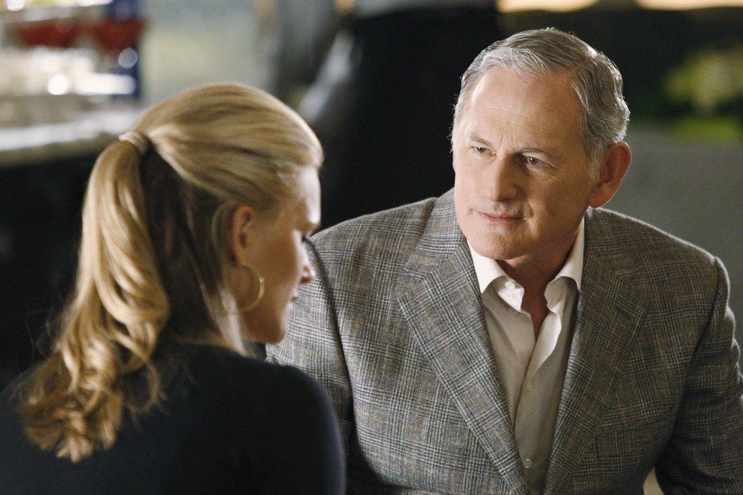 Jordan Wethersby (Victor Garber, r.) hat seine Tochter durchschaut und weiß sofort, was mit Taylor (Natasha Henstridge, l.) los ist ... - Bildquelle: Disney - ABC International Television