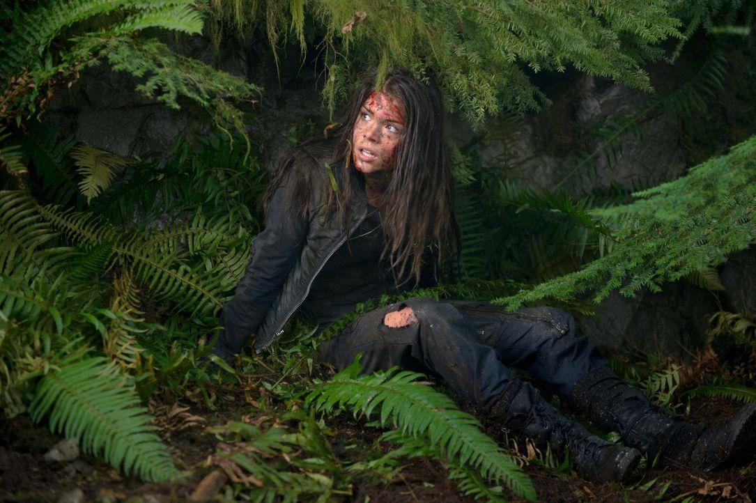 Octavia (Marie Avgeropoulos) ist verwirrt: Was hat der Entführer mit ihr vor? - Bildquelle: Warner Brothers
