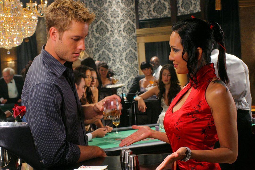 Der Flirt mit der Spielerin Victoria (Steph Song, r.) wird für Oliver (Justin Hartley, l.) zu einer echten Gefahr ... - Bildquelle: Warner Bros.