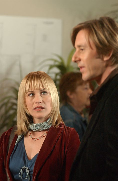 Beim abendlichen Kinobesuch treffen Allison (Patricia Arquette, l.) und Joe (Jake Weber, r.) eine ehemaligen Studienkollegin von ihm – Allison mer... - Bildquelle: Paramount Network Television