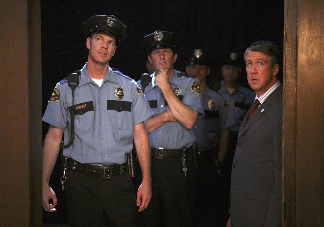 Dekan Bowman (Alan Ruck, r.) taucht mit der Polizei auf, um die Party zu beenden. Ein Schock für die Studenten ... - Bildquelle: ABC Family