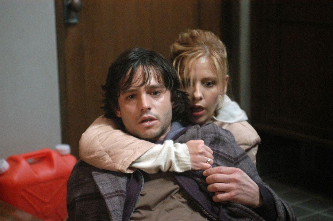 Nachdem Doug (Jason Behr, l.) das Horror-Haus betreten hat, ist er ebenfalls mit dem Fluch belastet. Karen (Sarah Michelle Gellar, r.) gibt alles, u... - Bildquelle: Constantin Film