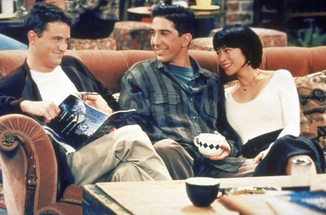Ross (David Schwimmer, M.) stellt Chandler (Matthew Perry, l.) seine neue Freundin vor. - Bildquelle: TM+  2000 WARNER BROS.