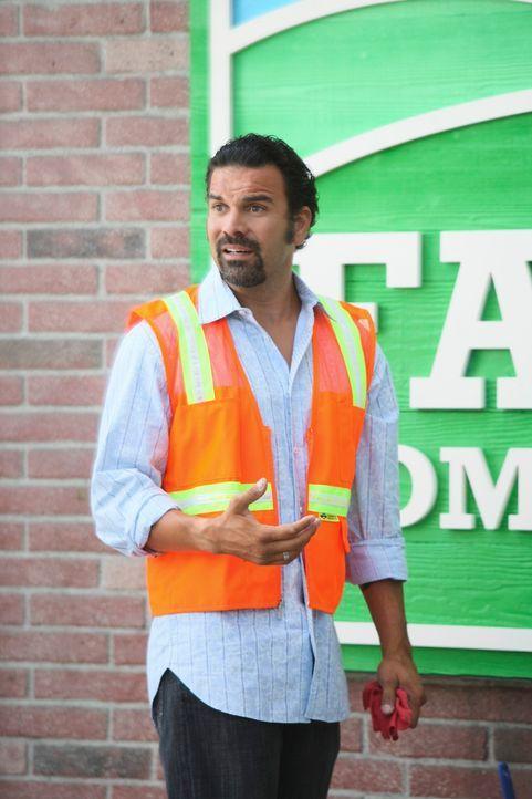 Während Mike misstrauisch ist, weil Susan und Carlos (Ricardo Antonio Chavira) ungewöhnlich viel Zeit miteinander verbringen, hat Lynette ein ungute... - Bildquelle: ABC Studios