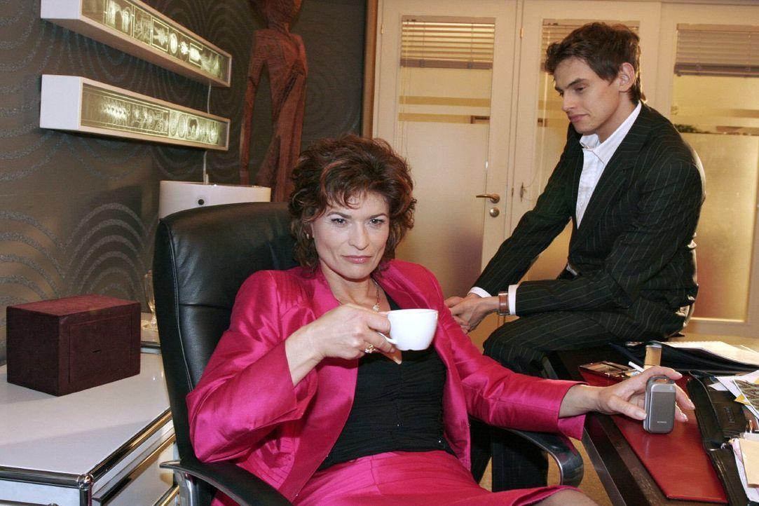 Sophie (Gabrielle Scharnitzky, l.) glaubt bald über Lisa triumphieren zu können. Als Alexander (Shai Hoffmann, r.) ihr erzählt, dass Lisa für ihr Fe... - Bildquelle: Noreen Flynn SAT.1 / Noreen Flynn