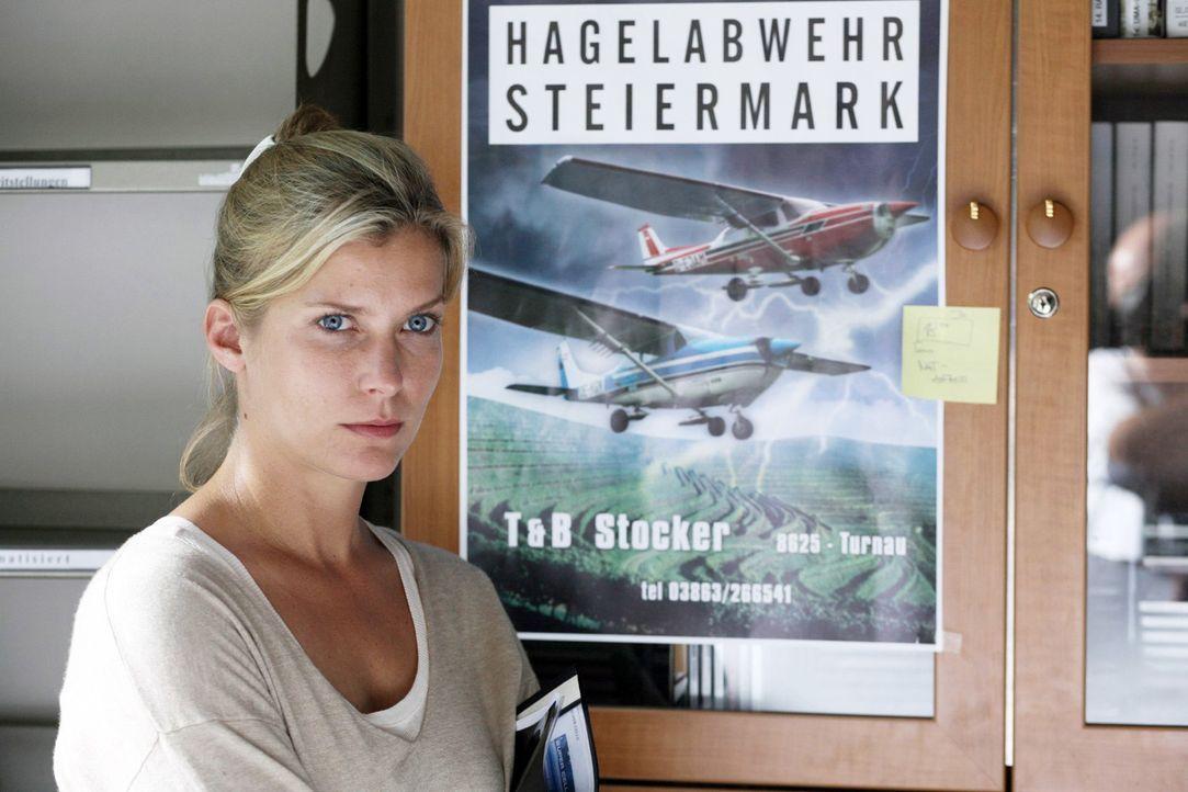 """Andrea (Valerie Niehaus) wird durch Prof. Guttmann auf die Hagelabwehr Steiermark aufmerksam und hofft mit deren Hilfe die """"Superzelle"""" nachweisen z... - Bildquelle: Sat.1"""
