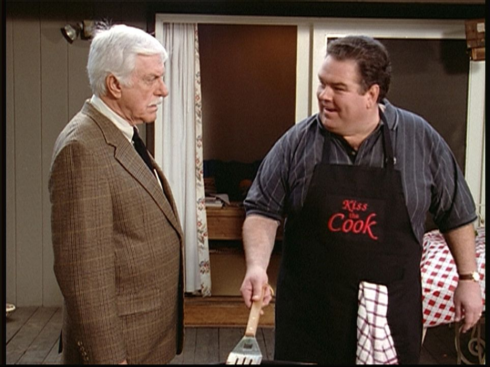 Mark (Dick Van Dyke, l.) fühlt Howard Weber (Jim O'Heir, r.), den er für den Clownkiller hält, auf den Zahn ... - Bildquelle: Viacom