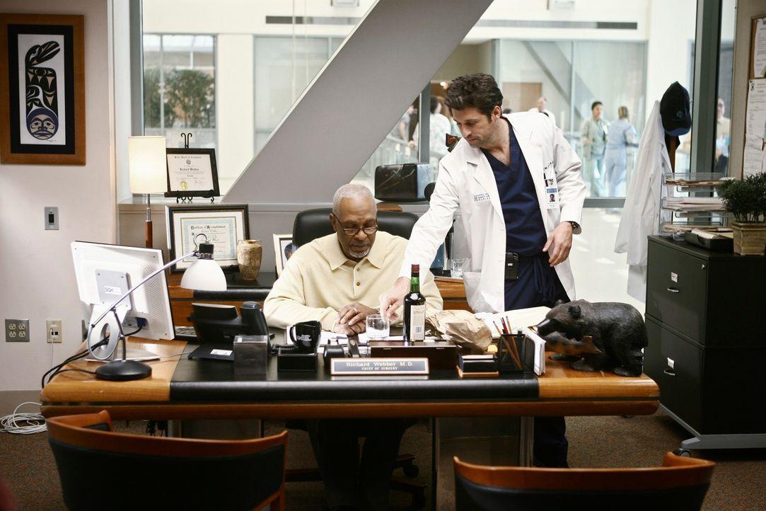 Derek (Patrick Dempsey, r.) konfrontiert Richard (James Pickens, Jr., l.) mit seinem Alkoholproblem und ist sogar bereit, zum Vorstand zu gehen ... - Bildquelle: Touchstone Television