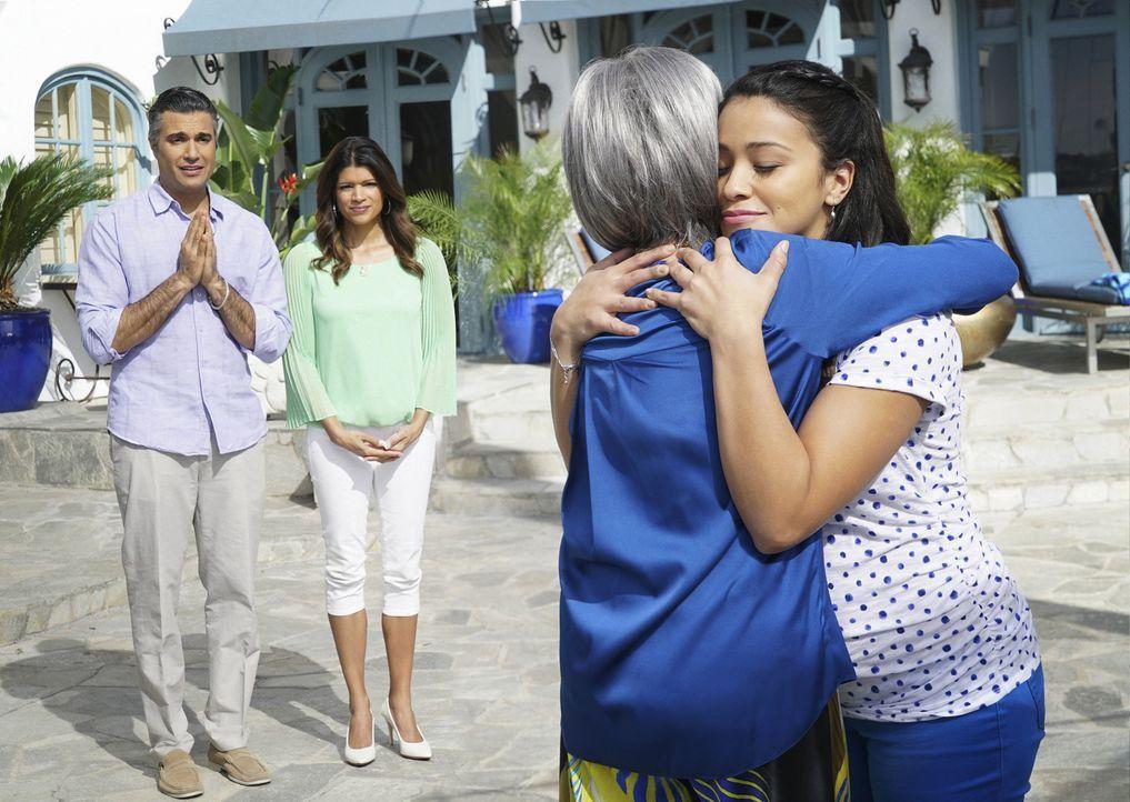 Rogelios (Jaime Camil, l.) Mutter Liliana (Rita Moreno, 2.v.r.) kommt zu Besuch. Doch wie wird das Zusammentreffen mit Jane (Gina Rodriguez, r.) und... - Bildquelle: 2014 The CW Network, LLC. All rights reserved.