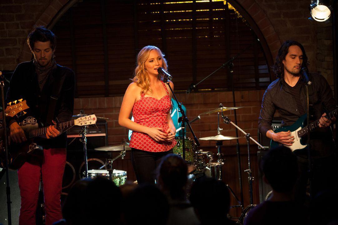 Mit ihrem Gesang begeistert Caroline (Candice Accola, M.) das Publikum. - Bildquelle: Warner Brothers
