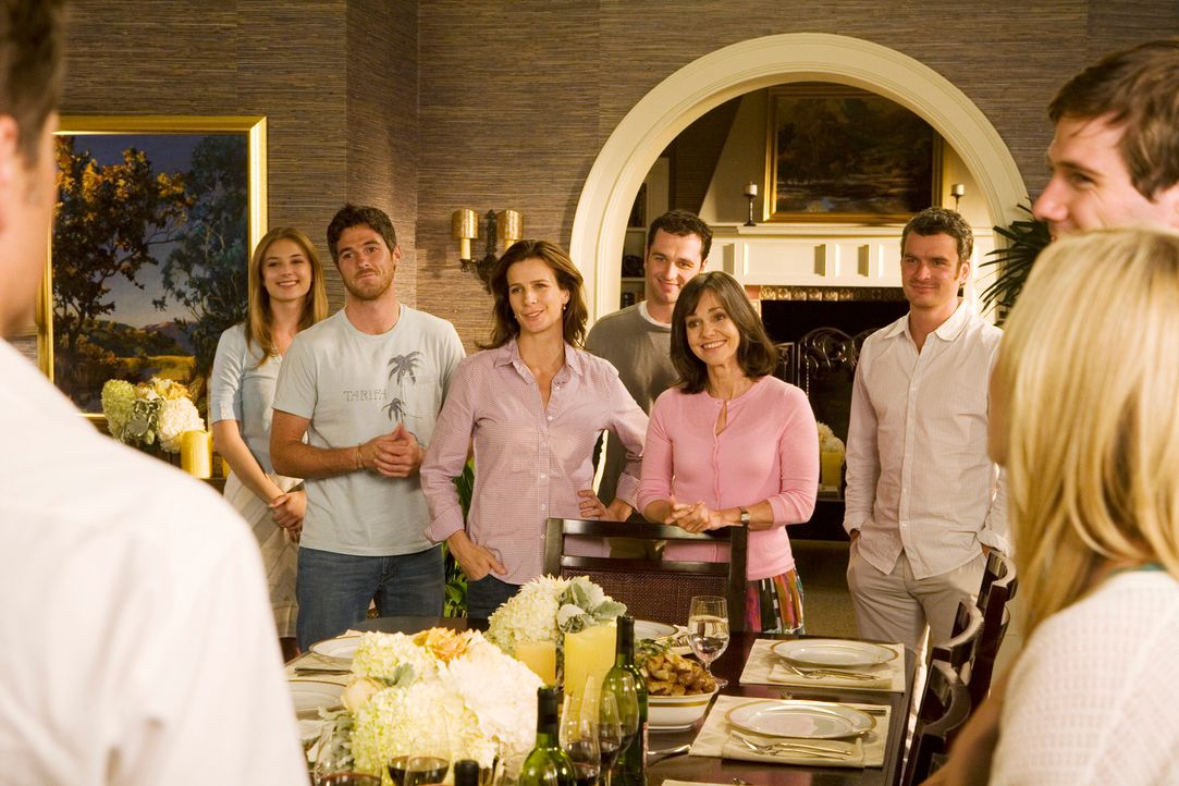 Eine Bilderbuchfamilie? Rebecca (Emily VanCamp, l.), Kevin (Dave Annable, 2.v.l.), Sarah (Rachel Griffiths, 3.v.l.), Kevin (Matthew Rhys, 4.v.l.), N... - Bildquelle: 2008 ABC INC.