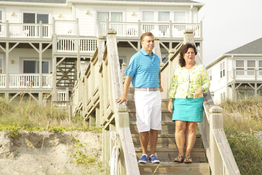 Finden John (l.) und Laura (r.) ein passendes Strandhaus, das sie sich auch leisten können? - Bildquelle: 2013,HGTV/Scripps Networks, LLC. All Rights Reserved