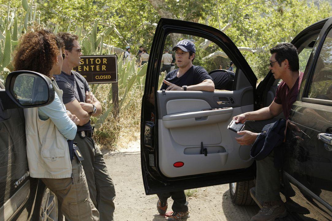 Stehen bei der Aufklärung des neuen Falles vor einem Rätsel: Nikki Betancourt (Sophina Brown, l.), Colby Granger (Dylan Bruno, 2.v.l.), Don Eppes (R... - Bildquelle: Paramount Network Television