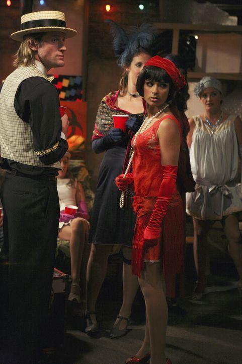 Kann nicht fassen, dass Dekan Bowman die Party beenden möchte: Rebecca (Dilshad Vadsaria, M.) ... - Bildquelle: ABC Family