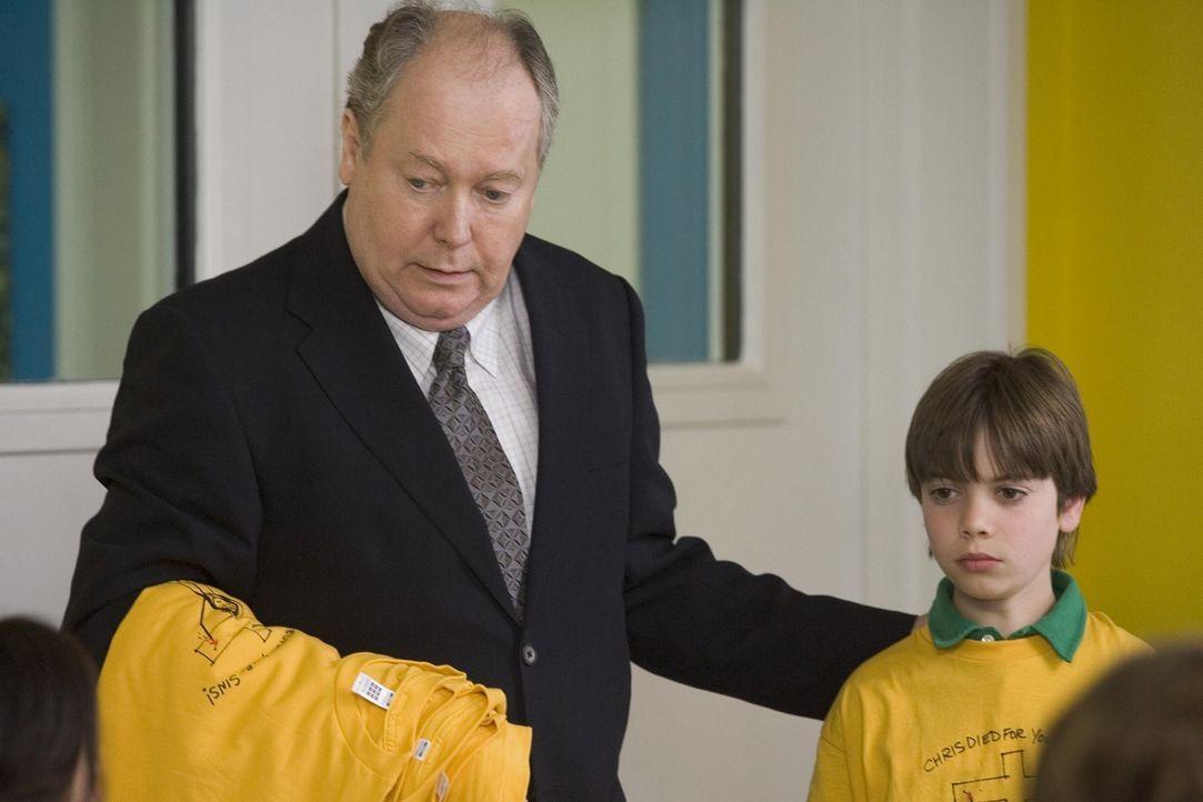 Shane (Alexander Gould, r.) bekommt Ärger in der Schule, da er T-Shirts verkauft hat, die als Gotteslästerung betrachtet werden ... - Bildquelle: Lions Gate Television