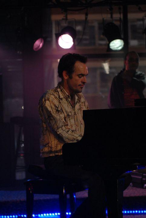 Dank der Verbindungen seiner Frau, hat Shane (Paul Blackthorne) endlich wieder einen Auftrag für eine Musikproduktion an Land gezogen ... - Bildquelle: 2004 NBC, Inc.