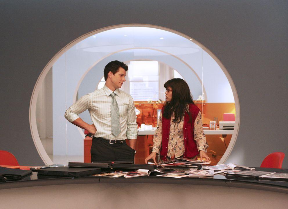 Schwer bei der Arbeit: Daniel (Eric Mabius, l.) und Betty (America Ferrera, r.) ... - Bildquelle: Buena Vista International Television