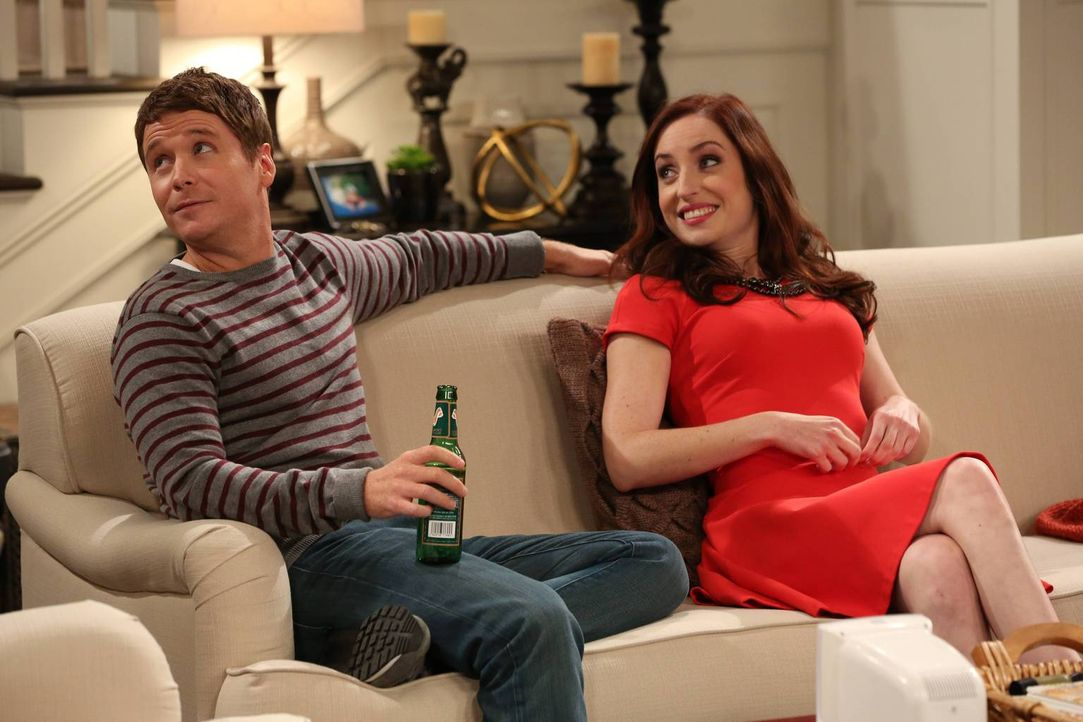 "Wer wäre der bessere ""Wingman"" - Bobby (Kevin Connolly, l.) oder Kate (Zoe Lister-Jones, r.)? - Bildquelle: 2013 CBS Broadcasting, Inc. All Rights Reserved."
