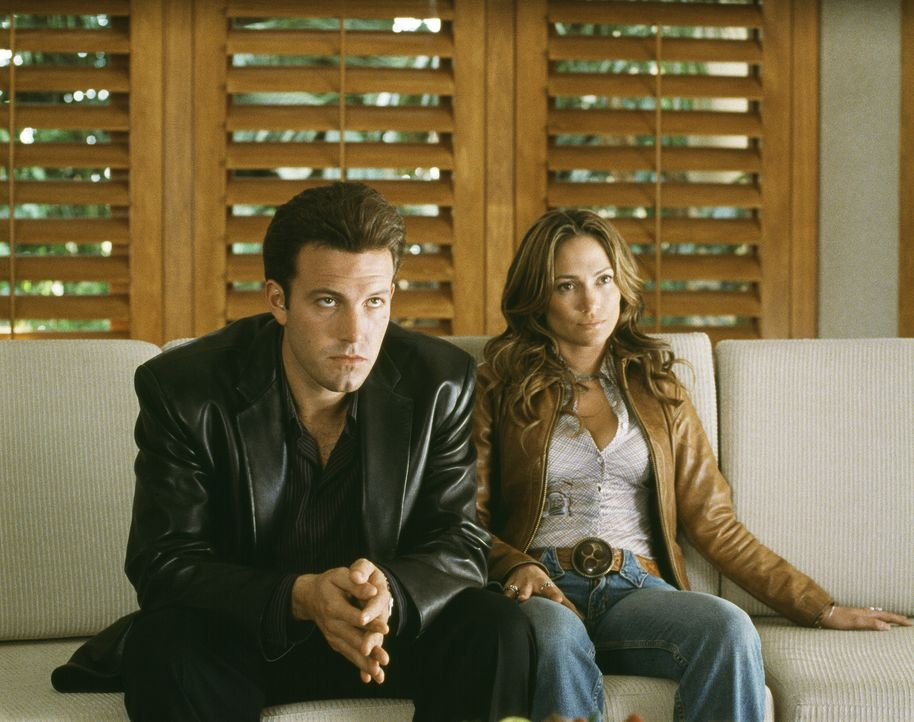 Kleingangster Gigli (Ben Affleck, l.) soll den psychisch behinderten jüngeren Bruder eines New Yorker Staatsanwalts kidnappen. Zur Unterstützung r... - Bildquelle: 2004 Sony Pictures Television International. All Rights Reserved.