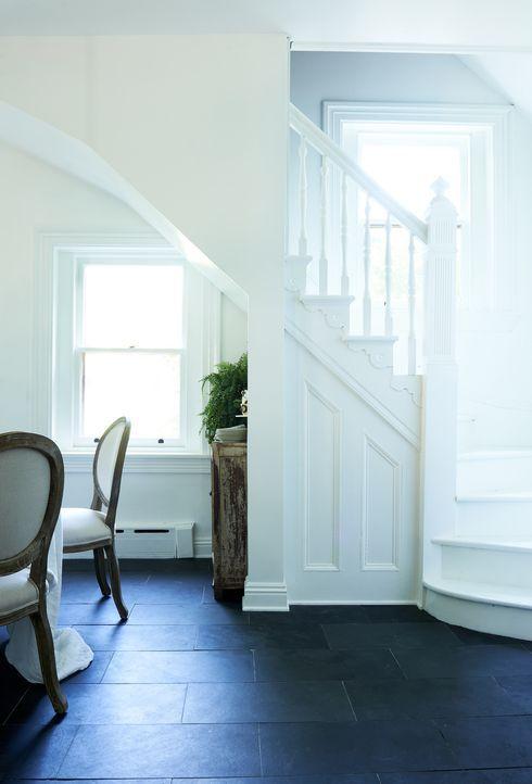 Das Treppenhaus ist kaum wiederzuerkennen und erscheint jetzt in einem frischen Weiß ... - Bildquelle: 2017, Scripps Networks, LLC. All Rights Reserved.