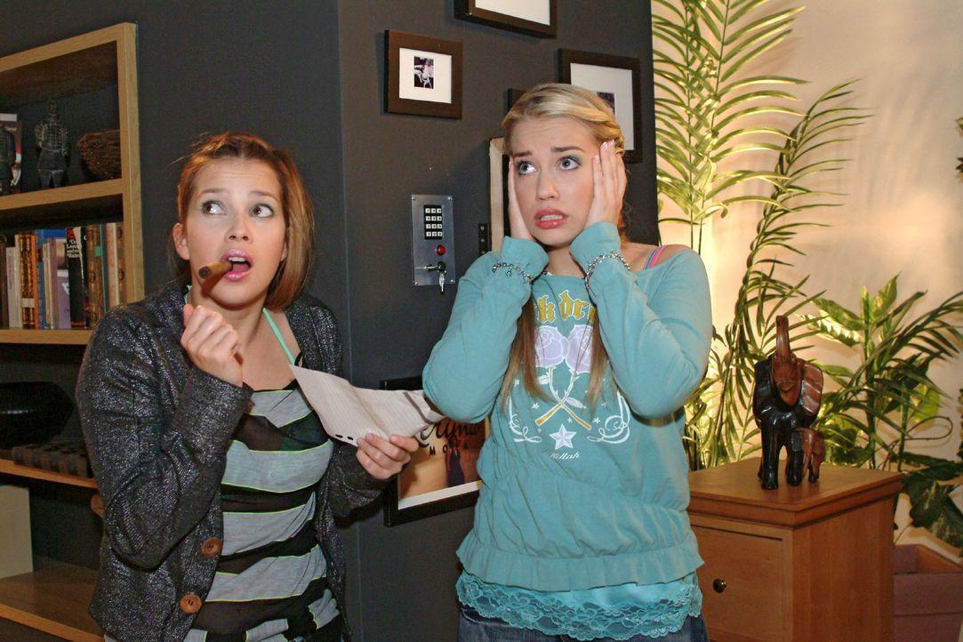 Während Kim (Lara-Isabelle Rentinck, r.) und Hannah (Laura Osswald, l.) Sophies Wohnung inspizieren, geht plötzlich die Alarmanlage los ... - Bildquelle: Monika Schürle SAT.1 / Monika Schürle
