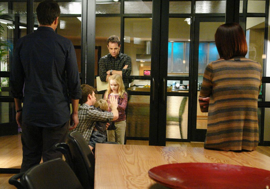 Da sich Gracie (Darcy Rose Byrnes, 3.v.l.) mit einem für Mucoviszidose-Erkrankte tödliches Bakterium eingefangen hat, muss sie von ihren Vater (Matt... - Bildquelle: ABC Studios
