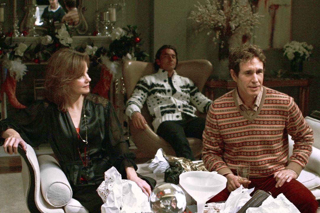 Das Familienglück ist nicht perfekt, denn Harold (John Shea, r.) taucht mit seinem Freund Roman (William Abadie, hinten) bei Eleanor (Margaret Coli... - Bildquelle: Warner Brothers