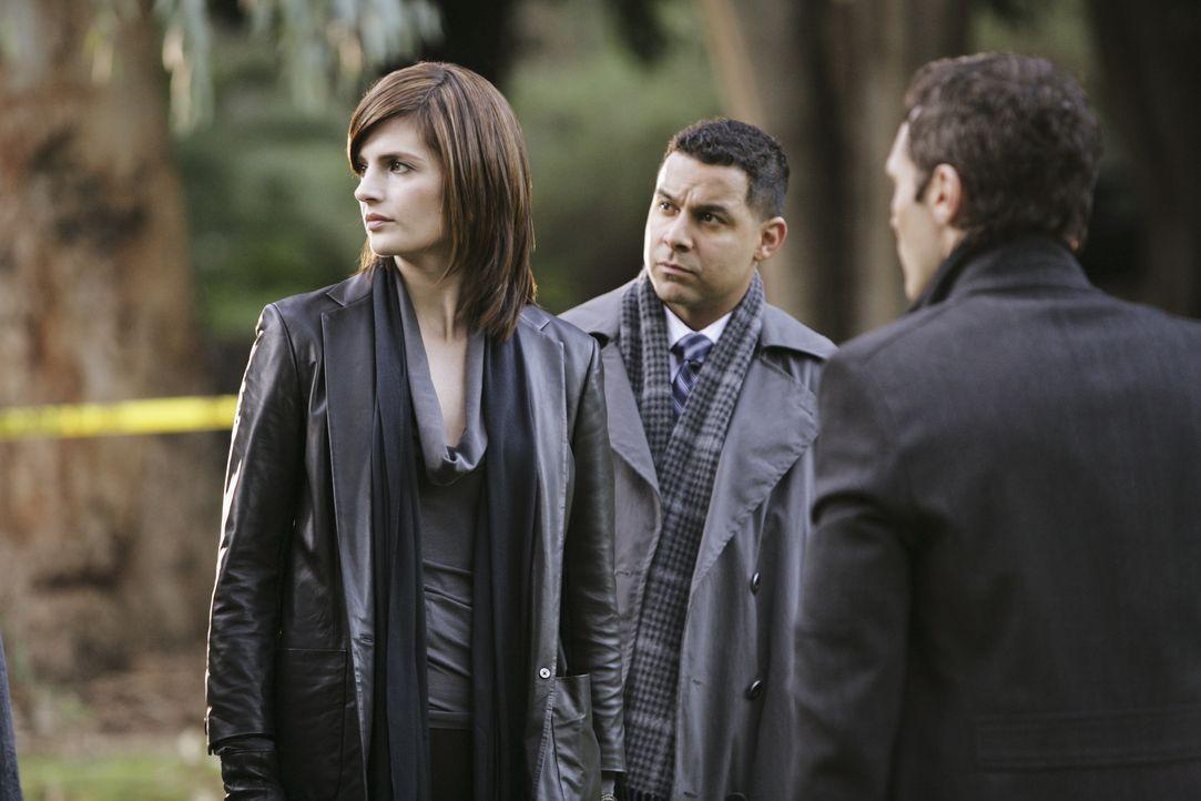 Arbeiten an einem neuen Fall: Kate (Stana Katic, l.), Javier (Jon Huertas, M.) und Kevin (Seamus Dever, r.) - Bildquelle: ABC Studios