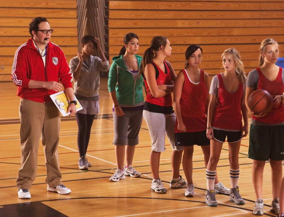 Mit Math (Austin Basis, l.) als Coach versucht sich Lux (Brittany Robertson, r.) beim Basketballspiel im Sportunterricht... - Bildquelle: The CW   2010 The CW Network, LLC. All Rights Reserved