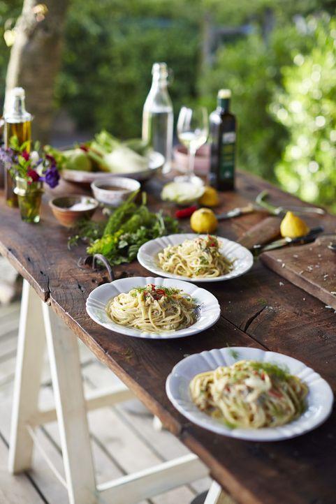Die Pasta ist alles andere als klassisch: Mit Krabbenfleisch, Fenchel und ein wenig Chilli werden diese Linguine zu einem Geschmackserlebnis ... - Bildquelle: FRESH ONE PRODUCTIONS MMXIV