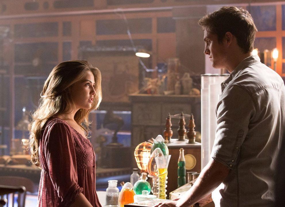 Kol (Daniel Sharman, r.) ist fasziniert von Davinas (Danielle Campell, l.) starkem Willen und zeigt ihr einen Ort aus seiner Vergangenheit ... - Bildquelle: Warner Bros. Television