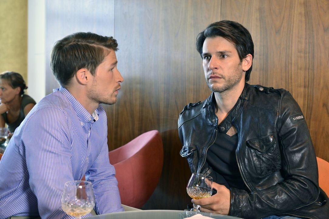 Bei einem Erotikseminar für Männer trifft Nick (Florian Odendahl, r.) auf Julian (Oliver Bender, l.), der den Orgasmus seiner Verlobten angehen will... - Bildquelle: Oliver Ziebe SAT.1