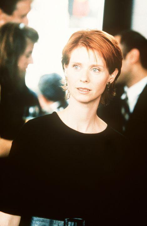 """Miranda (Cynthia Nixon) erscheint auf der Trauerfeier des plötzlich verstorbenen """"Beinahe-Freundes"""". - Bildquelle: Paramount Pictures"""