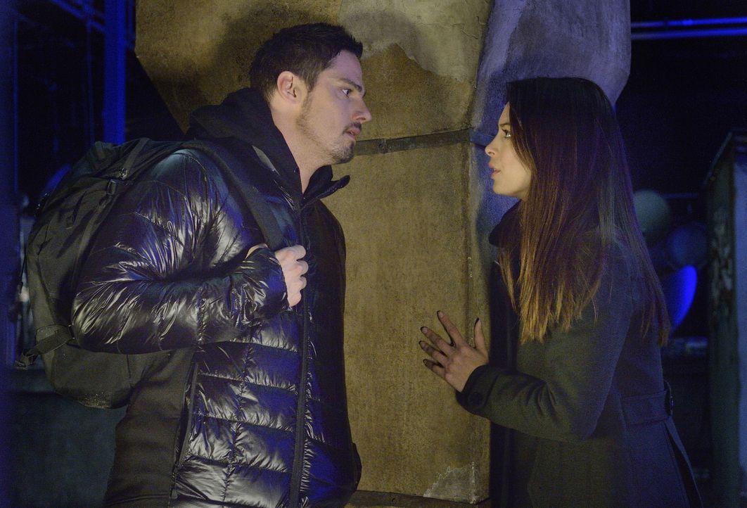 Gerade als sie wieder zueinander gefunden haben, wird Vincent (Jay Ryan, l.) wegen Mordes verhaftet. Für Cat (Kristin Kreuk, r.) bricht eine Welt zu... - Bildquelle: 2013 The CW Network, LLC. All rights reserved.