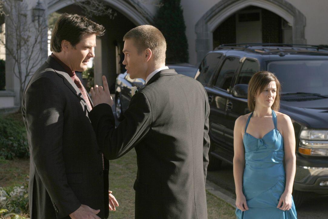 Lucas (Chad Michael Murray, r.) ist völlig enttäuscht von Dan (Paul Johansson, l.), als er die Wahrheit über Jules erfährt. Karen (Moira Kelly,... - Bildquelle: Warner Bros. Pictures