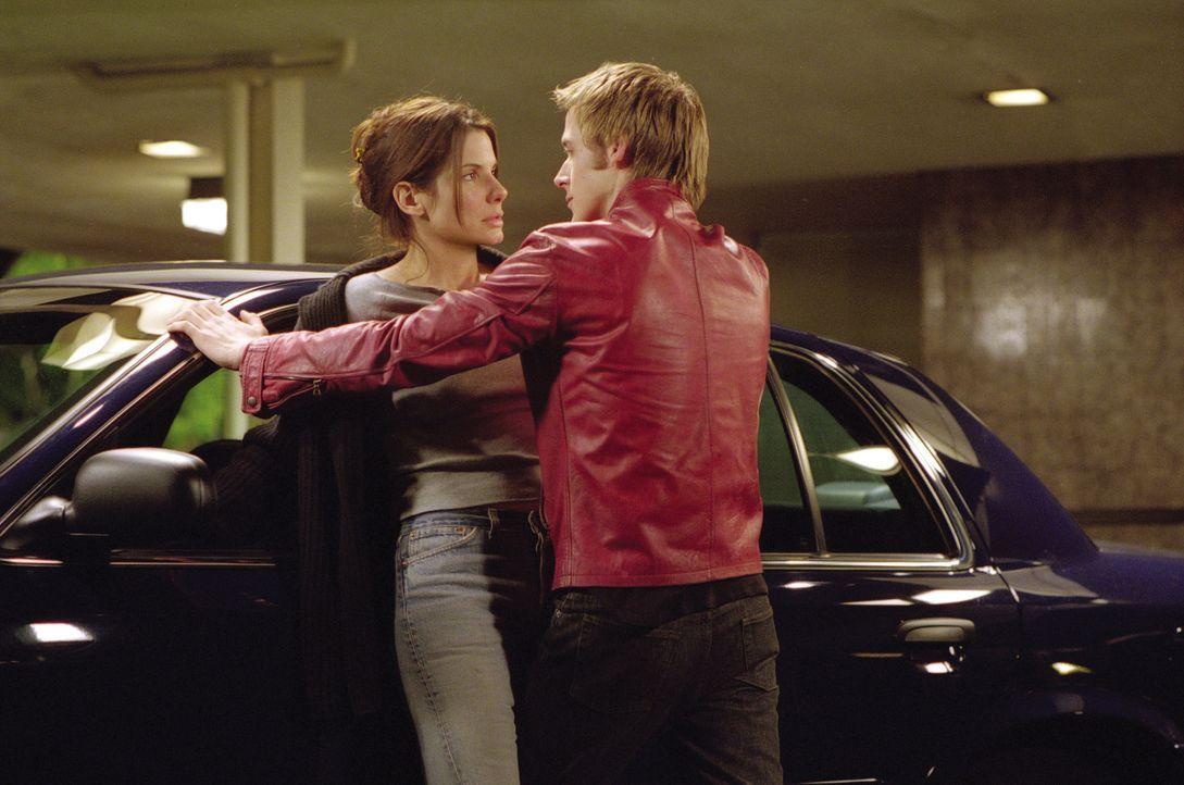 Nach und nach erkennt Detective Cassie Mayweather (Sandra Bullock, l.), dass Richard (Ryan Gosling, r.) etwas mit dem Tod des Mädchens zu tun hat. A... - Bildquelle: Warner Brothers International Television Distribution Inc.