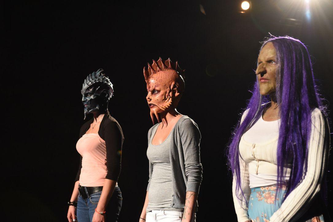 Der Moment der Entscheidung: Schlange Sonja (l.), Fisch Nastassja (M.) und Hexe Laura (r.) warten auf die Entscheidung des Teufels ... - Bildquelle: Andre Kowalski sixx