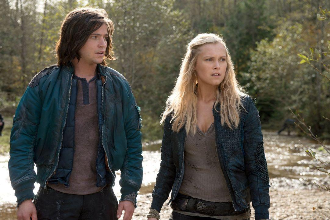 Nachdem Finn (Thomas McDonell, l.) und Clarke (Eliza Taylor, r.) die Wahrheit über Bellamy kennen, wird ihnen bewusst, dass er ihnen nicht beim Rett... - Bildquelle: Warner Brothers